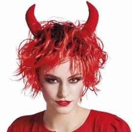 Perruque courte, ébouriffée, rouge et noire avec des cornes rouges