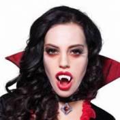 Dentier avec de fausses dents de vampire