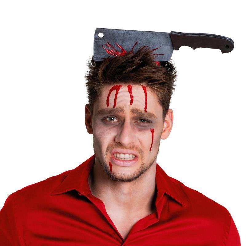 Serre-tête avec hachoir planté dans la tête