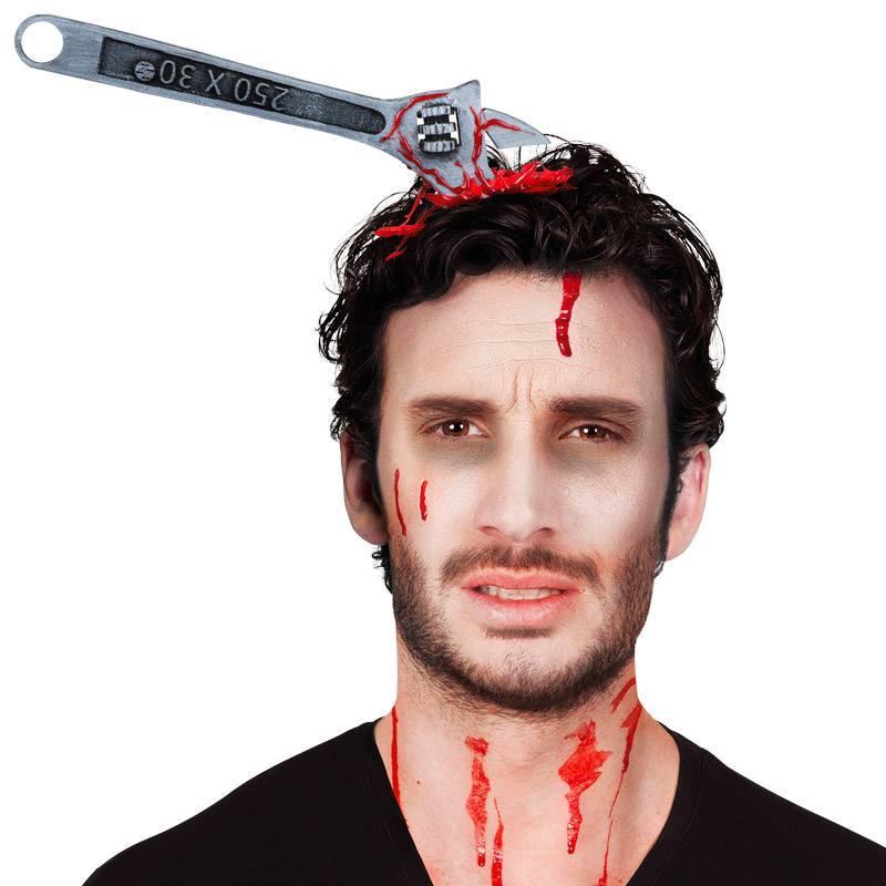 Serre-tête avec clé à molette plantée dans la tête