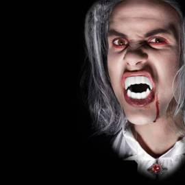 Dentier de vampire avec du faux sang